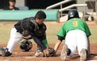 義峰高中捕手試圖觸殺東石高中跑者仍晚了一步.jpg
