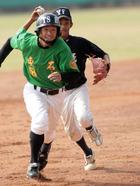義峰高中游擊手高江綺(右)夾殺東石高中離壘過遠的跑者.jpg