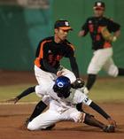 嘉義高中二壘跑者石弘傑被夾殺在三壘前出局.jpg