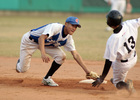 成功商水游擊手于孟雄(左)試圖觸殺南英盜二壘的跑者.jpg